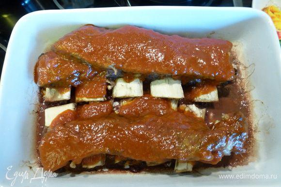 Смазываем ребра сверху получившимся соусом. Запекаем в духовке (уже без фольги) 30 минут при температуре 180 °С.
