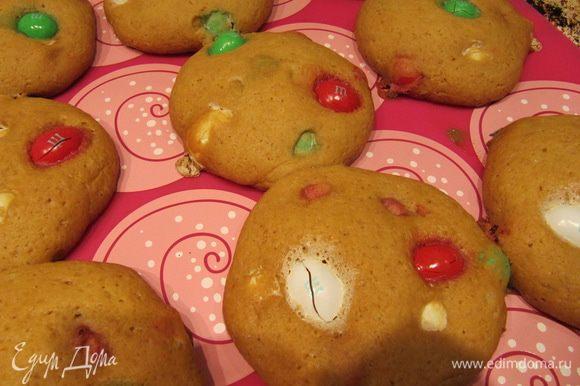 Отправить охлажденное печенье в духовку (180°C) на 12-15 минут. Время выпечки контролируйте самостоятельно в зависимости от вашей духовки.