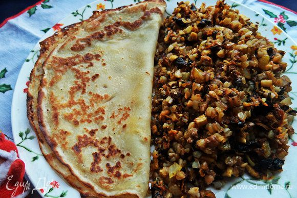 На тарелку кладём гарнир, на вторую половину — блинчик вместо хлеба.