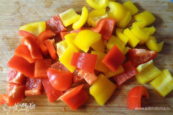 Из перца вынуть семена и порезать квадратами по 2-3 см.