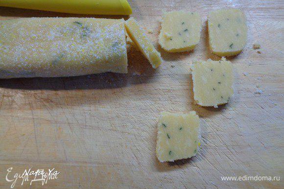 Затем нарезать печенье примерно 7-8 мм толщиной. Тесто хорошо охлажденное и режется не крошась.
