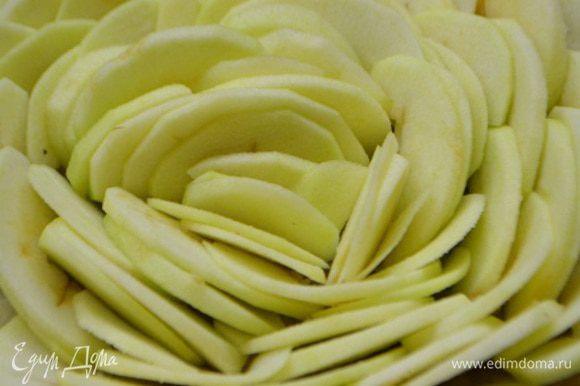 Уложить поверх марципановой массы. Начиная от края формы и идем по кругу к середине. Получается подобие цветка!