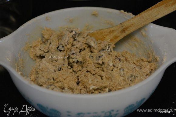 Смешать сухие ингредиенты с йогуртовой смесью без усердия, быстро, будут комочки.
