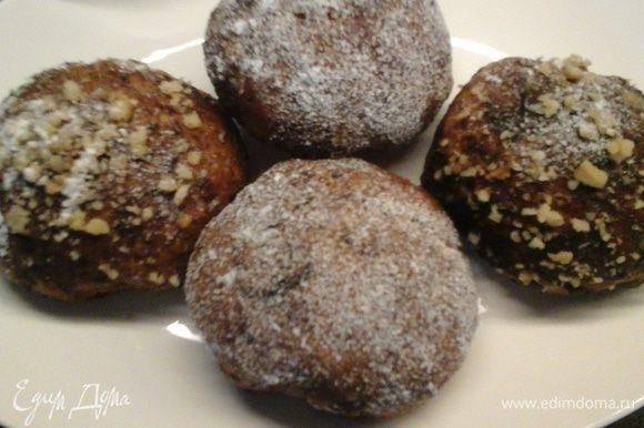 Можно покрыть сахарной пудрой и украсить ореховой крошкой.