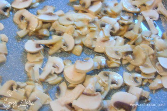 Во второй сковороде тоже разогрейте масло и добавьте нарезанные пластинами грибы. Жарьте грибы до мягкости. Добавьте столовую ложку соевого соуса.