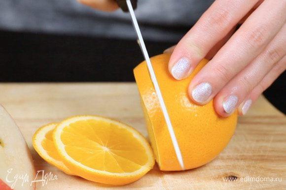 Нарезать яблоки и апельсины.