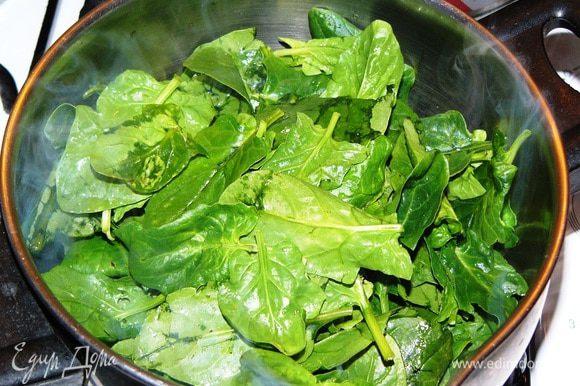 Добавить шпинат. Можно его слегка порезать или порвать руками. У меня были мелкие листья, поэтому я положила их целиком.