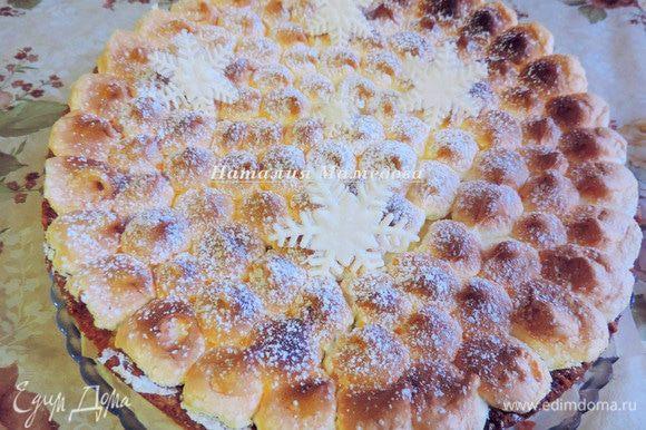 Выпекать пирог при 150°C еще 15-20 минут. Следите за белковым слоем: не дайте ему сверху подгореть, но суфле должно хорошо схватиться. Дать пирогу полностью (!) остыть в форме и лишь потом, холодным, вынуть. Я посыпала пирог сахарной пудрой и украсила мастичными снежинками.