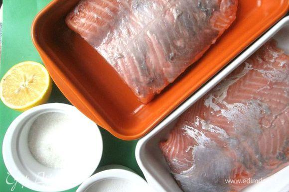 Замариновать филе лосося в соли, сахаре, лимонном соке. Оставить на 1 час при комнатной температуре. Несколько раз перевернуть. Слить излишек сока, промокнуть бумажной салфеткой и убрать в холодильник до тех пор, пока не понадобится для работы с начинкой.