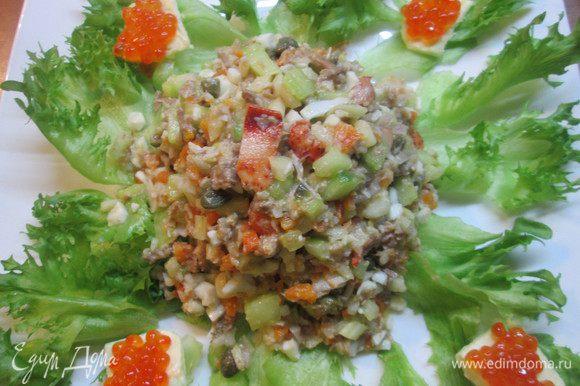 Все отваренные овощи, мясо птицы и язык нарезаем привычным нам способом. Если используете креветки, то королевские нужно разрезать на части, а мелкие — оставить целыми. Перемешать все ингредиенты, добавить каперсы, заправить салат соусом.
