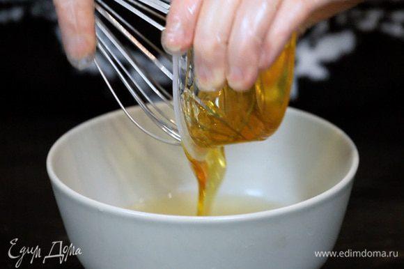 Духовку разогреть до 250°C. Соединить все ингредиенты для глазури.