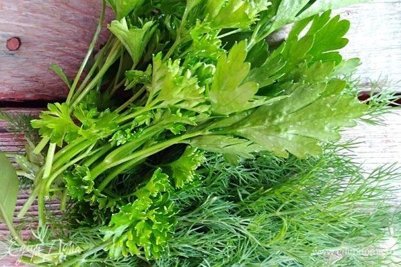 Подготовить зелень, промыть, удалить лишние толстые стебли, обсушить. Я брала петрушку, укроп, базилик и зеленый лук. Лук нарезать.