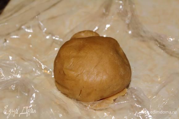 В чаше миксером взбить до однородности коричневый сахар со сливочным маслом комнатной температуры. Добавить туда яйцо, специи, кленовый сироп и соду. Размешать. Затем начать лопаткой вымешивать, постепенно добавляя муку. Вымешать тесто, укутать его в пищевую пленку и поставить в холодильник минимум на 30 минут (у меня первая порция стояла 40 минут, вторая — сутки).