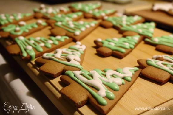 Через часик глазурь уже высыхает и пряники можно есть, украшать ими елку или паковать в подарки! Веселого Рождества!