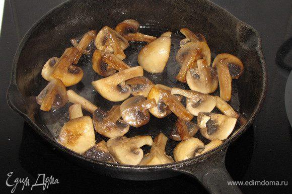 Пока мясо запекается, приготовим грибы. Разрезать крупные шампиньоны на 4 части, мелкие пополам или оставить целиком. Разогреть в сковороде растительное масло и обжарить шампиньоны до готовности, постоянно помешивая, чтобы получить золотистый цвет.