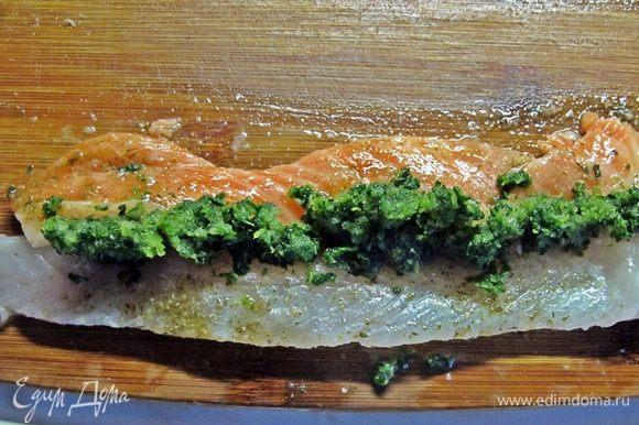 Шпинат размораживать не надо. Кладем вплотную, с небольшим нахлестом, пластины красной и белой рыбы, на них крошим замороженный шпинат и сворачиваем рулетиком.