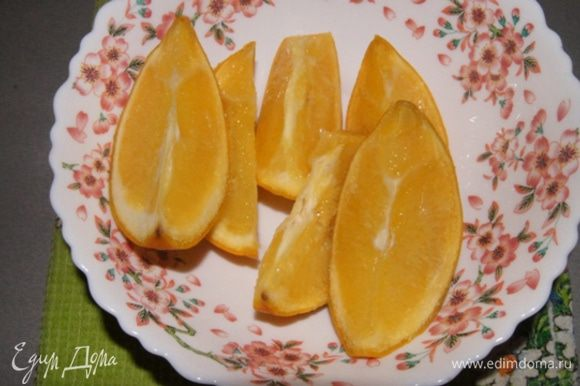 Ставим варить апельсин. Налить воду в кастрюльку так, чтобы она покрыла апельсин и варить на среднем огне около 1 часа 30 минут.Остудить и порезать. Если есть косточки, вынуть их.