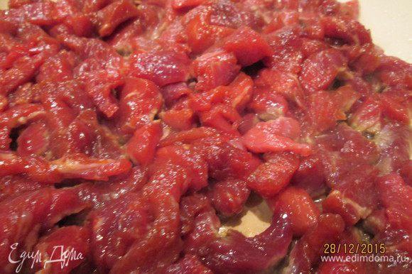 Нарезанное мясо поливаем соевым соусом и посыпаем крахмалом, перемешиваем и оставляем на 30 минут.