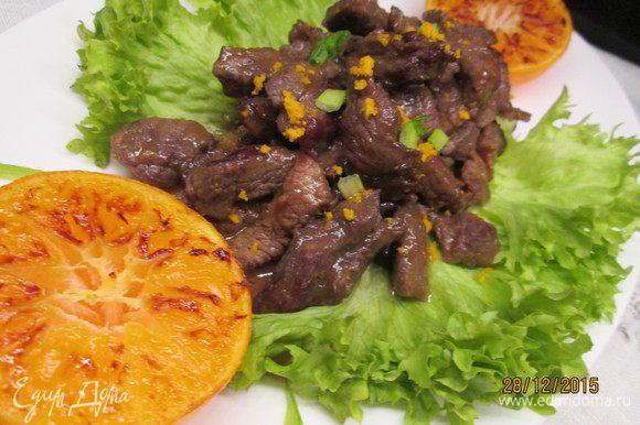 В обжаренное мясо выливаем мандариновый соус и тушим 5 минут.