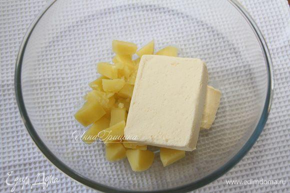 В горячий картофель добавить 200 г сливочного масла.