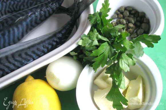 Выдавить лимонный сок в отдельную посуду (не переборщите с лимоном, каперсы дадут свой оттенок, рыба не должна получиться кислой), натереть цедру на мелкой терке, лук почистить, порезать мелко. Скумбрию посолить, поперчить, сбрызнуть лимонным соком, оставить на время, пока будете делать смесь для фаршировки.