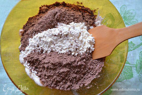 Затем добавить пшеничную и черёмуховую муку и перемешать лопаткой. Соду погасить в соке половины лимона и вмешать в тесто.