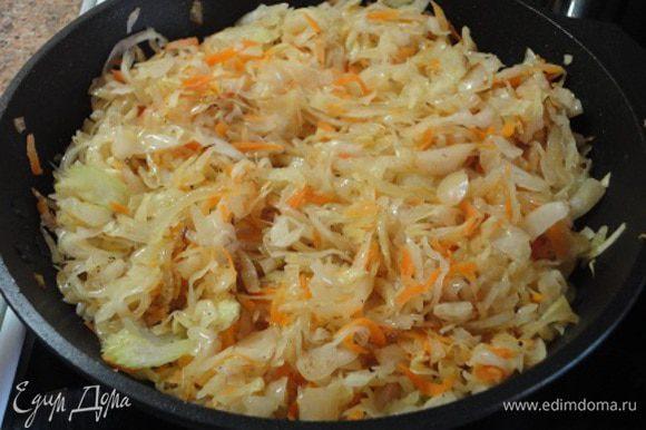 Затем добавить капусту, всыпать молотый кориандр, перемешать и можно выключить плиту, оставив на ней сковороду с капустой.