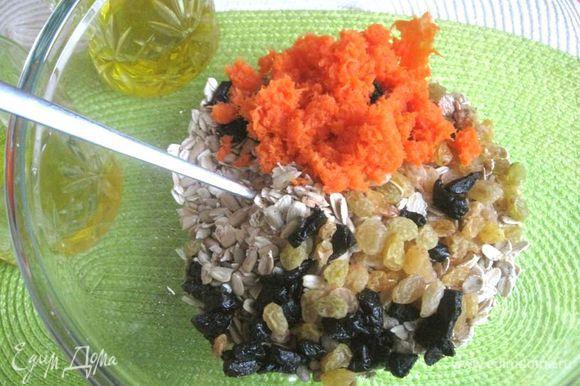 Морковь натереть на мелкой терке. Смешать овсяные хлопья быстрого приготовления, семечки, изюм, чернослив (нарезать мелко), морковь. Добавить мед, оливковое масло, молотую корицу. Хорошо перемешать.