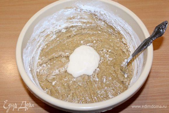 Разрыхлитель смешать с коньяком и добавить в тесто.