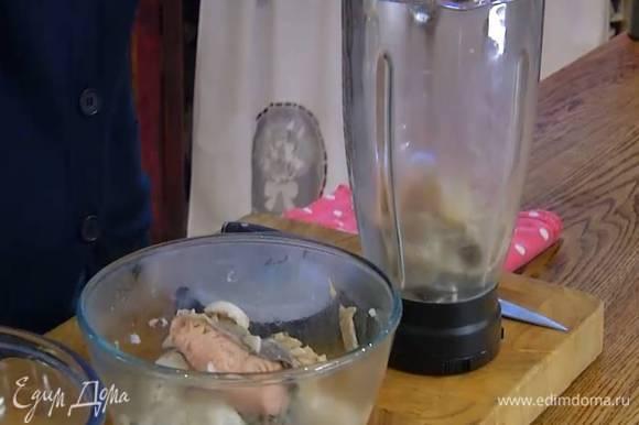 Готовую рыбу вынуть из бульона и отделить от кожи и костей.