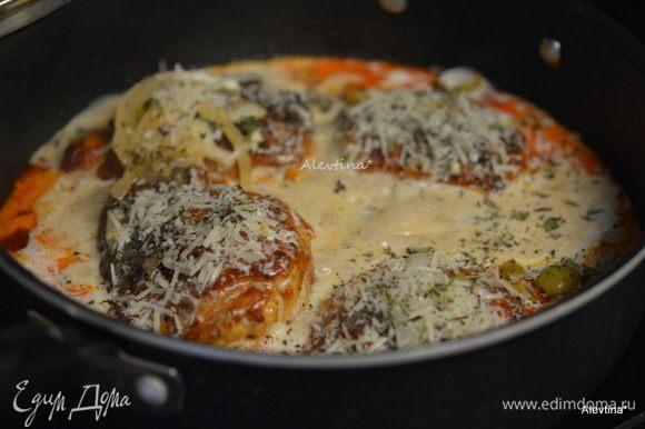 Приготовим соус, смешав крахмал с холодными сливками. Добавить соус к куриным бедрышкам. Тушить на медленном огне примерно 10-15 мин. Добавим оливки порезанные на пополам, сыр протертый азиго или пармезан 1/4 стакана, нарезанные свежий базилик и тимьян, можно заменить на сушенный, порции меньше, чем свежий.