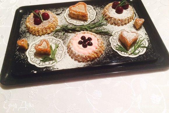Раз уж я готовила эти шишки специально для того, чтобы выставить рецепт на сайте, то я позволила себе поиграть и проверить, возможно ли сделать какую-то другую форму. И поняла, можно! Можно слепить корзинки и потом наполнить их кремом и украсить фруктами. Каждый раз получится новый десерт, ну или почти, т.к. крем может быть разным, как и фрукты. А можно просто, приготовить печенья разной формы и подгадать к разным праздникам, в Св. Валентину, 8 Марта, к Пасхе... тогда не нужно ждать новогодних праздников, чтобы полакомиться таким замечательным печеньем.