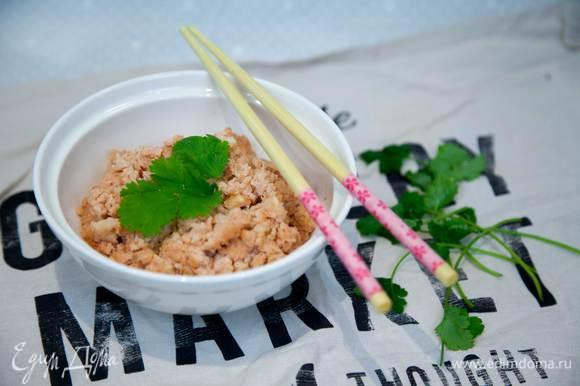 """Подавать """"рис"""", украсив листочками кинзы."""