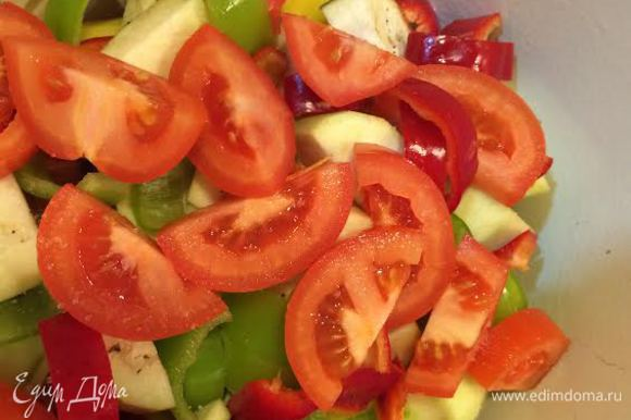 Затем начать слоями укладывать овощи. Сначала: лук, картошка, баклажан, болгарский, помидоры, чеснок, острый зеленый перец и свежая зелень. У нас нет сейчас свежего базилика и чабера, я положила по 1/2 ч. л. и того и другого. Соль и перец по вкусу, 2 лаврового листа. В стакане теплой воды развести 1 ст. л. томатной пасты и залить овощи.
