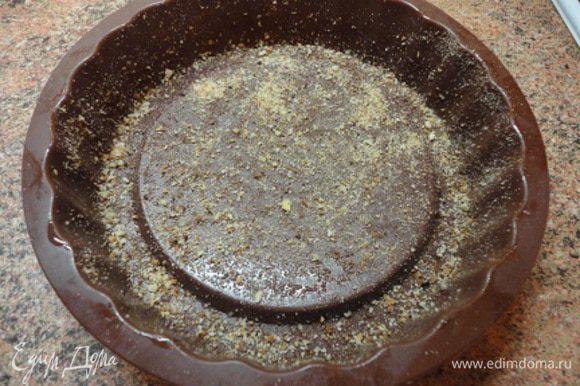 Форму для запекания (такую, чтобы потом можно было перевернуть, лучше силиконовую) смазать растительным маслом и обсыпать панировочными сухарями.