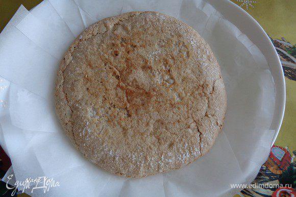 Сборка торта. Самый ровный и красивый корж отложить для верха торта. На плоское блюдо положить первый корж. Края коржа защитить нарезанной на кусочки пергаментной бумагой. Можно собирать торт также в разъемной форме.