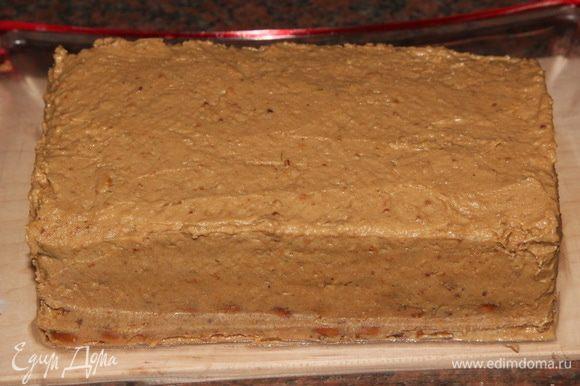 Затем смазываем кремом бока и, оставшийся крем выкладываем сверху тортика, разравниваем. У Карины было предложено посыпать торт крошкой из печенья и притрусить мелко молотым кофе, но у меня этой крошки в торте было и так выше крыши!