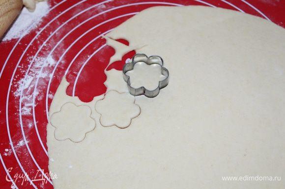 Вторую половинку теста раскатать, вырезать формочки небольшие цветочки, либо просто сделать решетку для пирога.