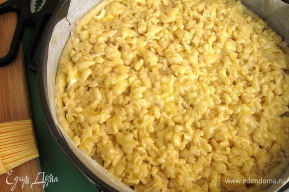 Желток размешать с молоком, смазать верх пирога кисточкой желтком. Поставить в духовку на 40-45 минут, пока верхний слой не зарумянится. У вас может потребоваться чуть меньше или больше времени. Через 30 минут проверьте пирог.