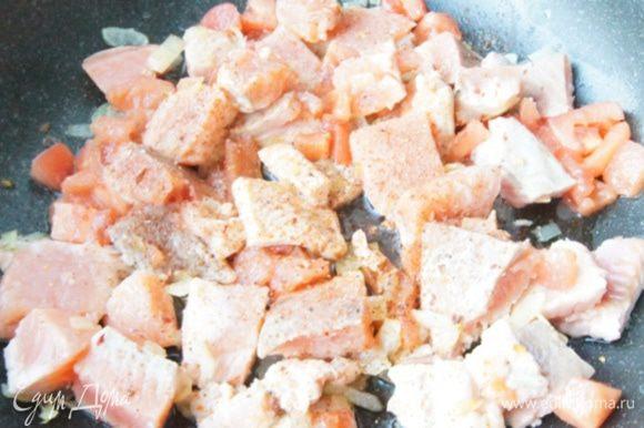 Добавить в сковороду кусочки рыбы, нарезанный кубиками помидор (кожицу лучше снять). Посолить и добавить смесь перцев. Если помидор не сочный, добавьте пару ложек воды. Готовить до готовности рыбки, у меня ушло 5-7 минут.