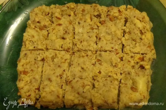 Ореховую массу выложить на тарелку, смазанную маслом, придав прямоугольную форму. Дать массе застыть. Разрезать массу на 10 прямоугольничков.