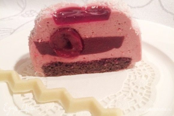 А вот так пирожное выглядит в разрезе. Были бы у меня полусферические силиконовые формочки, было бы конечно красивее, но мне и так нравится (сказала я нескромно).