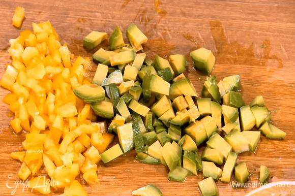 Сладкий перец, удалив семена и плодоножку, нарезать маленькими кубиками.