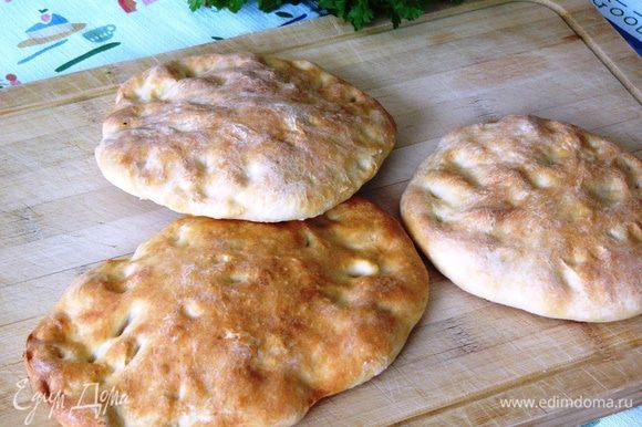 Затем выпекаем лепешки при 180°C минут 10-15, до зарумянивания. Готовые лепешки оставляем пока, накрыв салфеткой.