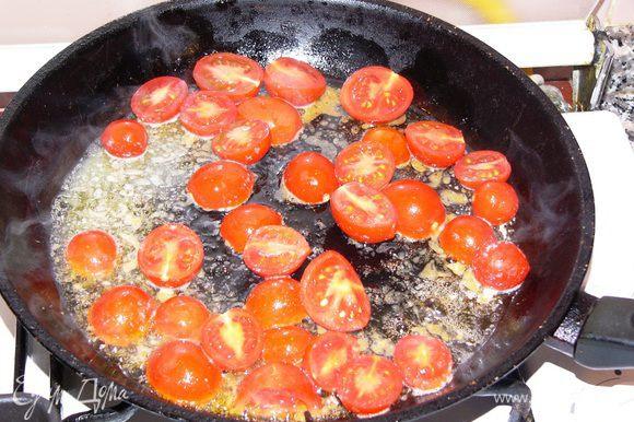 Вымытые помидоры и перец нарезаем не очень мелко. Отдельно слегка обжариваем их на растительно масле. Помидоры надо посолить.