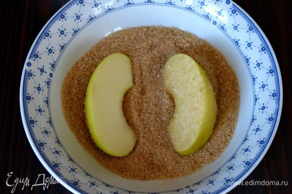 В небольшой мисочке смешать тростниковый сахар с корицей. Дольки яблок обвалять в сахарной смеси.