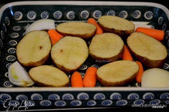 Смазать блюдо для запекания маслом, картофель нарезать половинками, можно предварительно отварить до полуготовности. Выложить в блюдо для запекания. Лук очистить и крупно нарезать дольками. Крупную морковь нарезать крупно. Посолить и поперчить по желанию. Можно делать без овощей, одна птица.