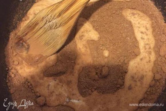 Глазурь. Какао смешать с сахаром, добавить молоко и поставить на медленный огонь, помешивая довести до кипения. Слегка остудить и взбить с размягченным сливочным маслом.