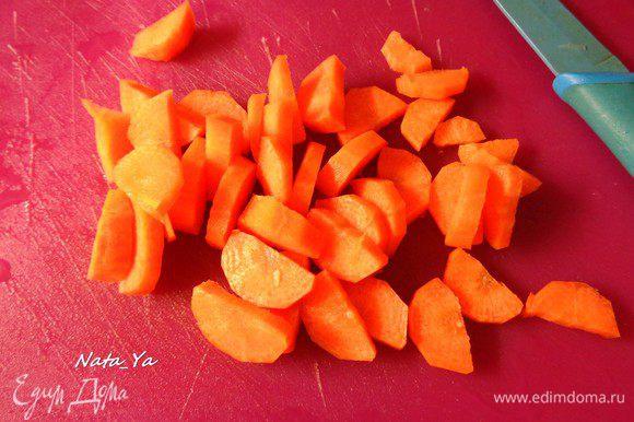 Половинку моркови порежем. И отправим в казан.