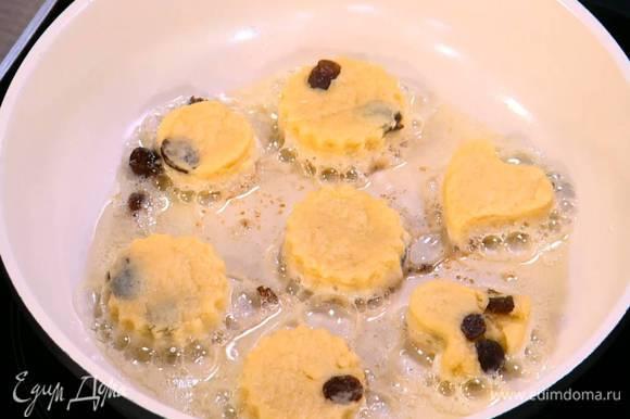 Разогреть в сковороде оливковое масло и обжарить булочки до золотистого цвета с двух сторон.